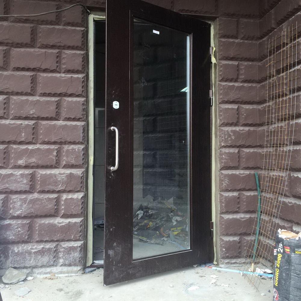уличные металлические двери с остеклением